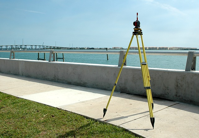 Jakimi narzędziami posługuje się geodeta podczas wykonywania podstawowych usług geodezyjnych?